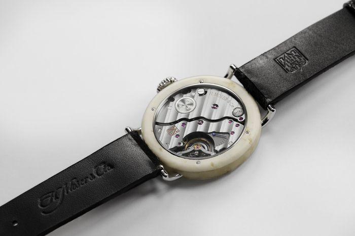 100% Swiss Made - часы H. Moser с корпусом из СЫРА