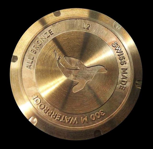 Внутри - механизм ЕТА 2824 (28800 пк/час, запас хода 38 часов).