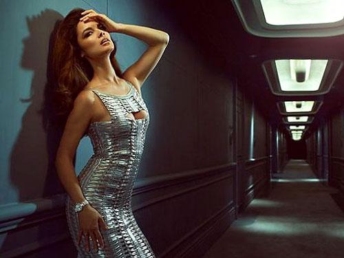 Девушка Бонда разделась для рекламы часов Omega