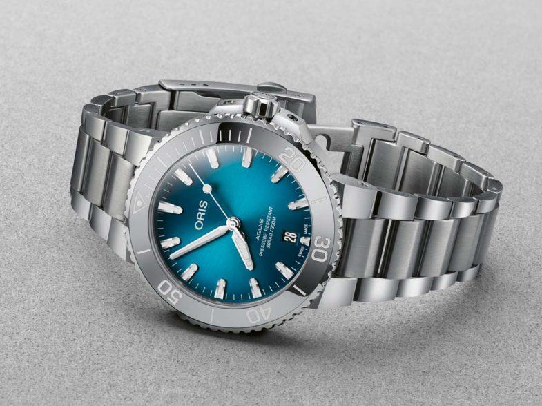 Oris Aquis Date Oceanic Blue – компактный размер, градиентный циферблат